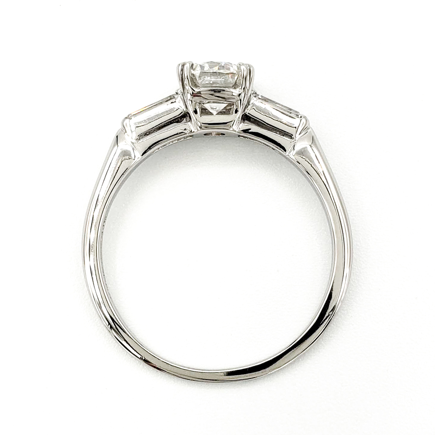 vintage-platinum-engagement-ring-with-0-91-carat-round-brilliant-cut-diamond-gia-e-vs1