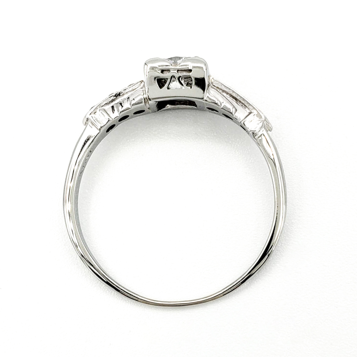 vintage-18-karat-gold-engagement-ring-with-0-49-carat-round-brilliant-cut-diamond-egl-e-vs1